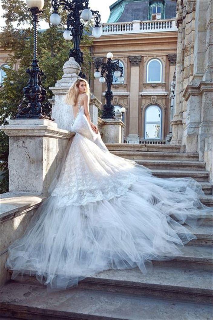 גליה להב 2016, galia lahav, 03-527-3075  סיפור האהבה שעומד מאחורי קולקציית 2016 של גליה להב, הוא לא רק מרתק ומרגש, אלא גם נותן הצצה לשמלות כלה דרמטיות עם נגיעות גוטיות שיכניסו אתכן היישר לארמון המלוכה