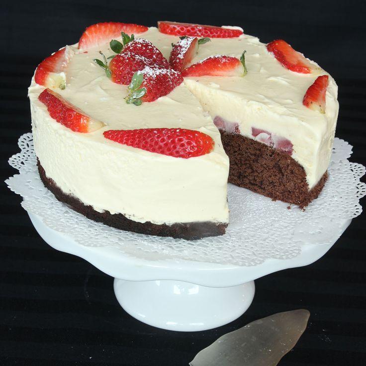 Lätt kladdig chokladbotten, jordgubbar och vit chokladmousse. Allt som behövs för en perfekt tårta!