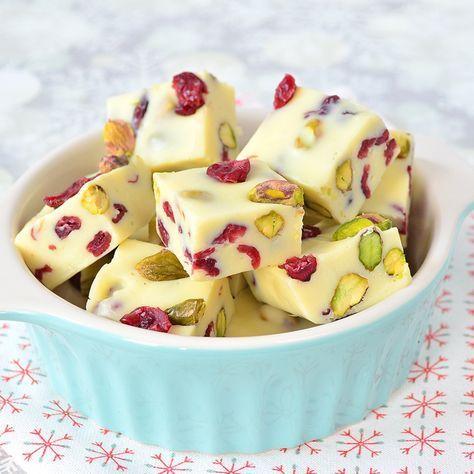 Een heerlijke lekkernij voor bij de koffie: witte chocoladefudge met cranberry en pistache! Deze is perfect voor de kerstdagen.
