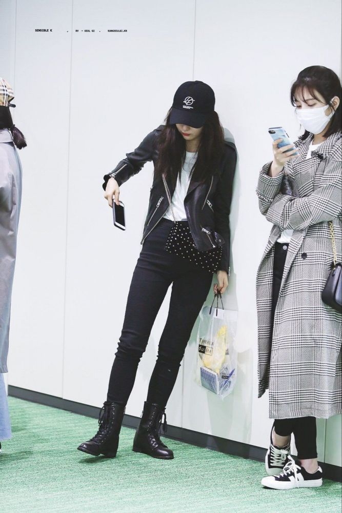 Netizens Turn To Red Velvet S Seulgi For Stylish Fall Winter Outfit Inspirations Red Velvet Seulgi Velvet Clothes Korean Airport Fashion