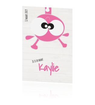 Lief grappig geboortekaartje roze giraffe op grijs hout