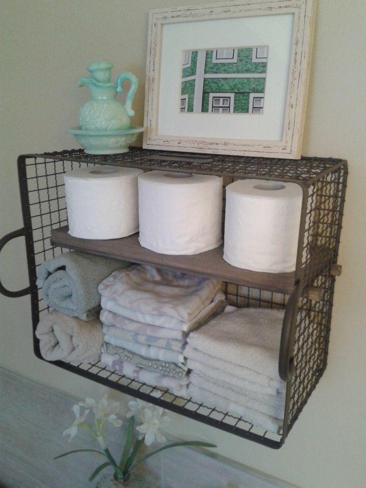 Un rangement facile à réaliser et joli: un panier en métal, quelques bouts de bois teint gris et voilà! An easy to make wall storage: a metal basket, a few pieces of wood tinted gray and voilà!