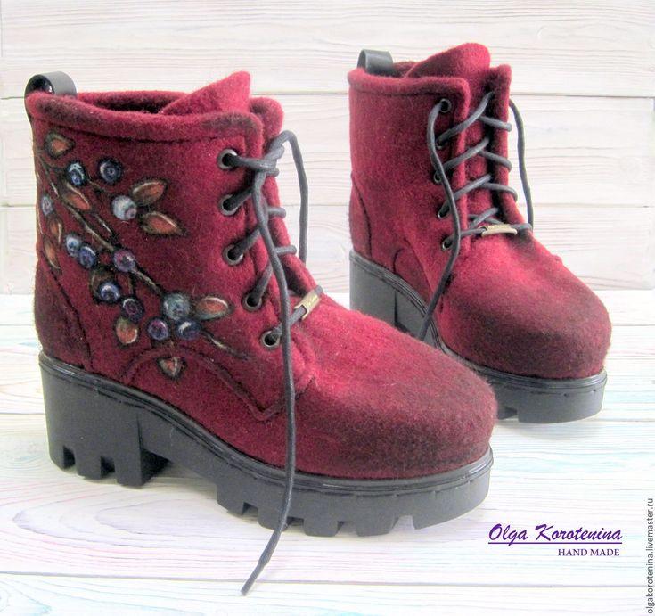 Купить или заказать Валяные ботинки 'Северные ягоды' в интернет-магазине на Ярмарке Мастеров. Пусть зима будет уютной и теплой! Ботинки выполнены из натуральной овечьей шерсти высшего сорта высокогорных пород овец с завоскованными носками и задниками. Цельноваляные, хорошо уплотнены, ноги в комфортном тепле и никогда не вспотеют, намного меньше устают, мягкие, уютные и комфортные в ношении. Войлок армирован, носок, пятка, подошва-укреплены. Сваляны, собраны и прошиты вручную, сохранен...