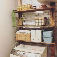 ディアウォールを使うと壁を傷つけずに大規模な収納棚が作れます。賃貸でも大きく部屋の印象を変えられるので、DIYで人気のアイテムです。リビングやキッチンなどが代表的な活用場所ですが、「洗面所」もおすすめできます。特に洗濯機上に収納棚を作りたい場合におすすめです。