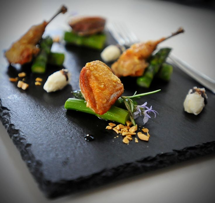 Quaglie croccanti con asparagi, arachidi e riduzione di aceto balsamico #ricette di #Chef @michelesana per #mangiaredadio