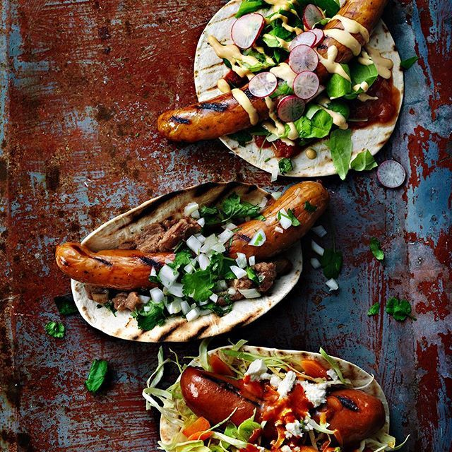 Grillad korv med det lilla extra! Lägg kabanoss i grillad tortilla och fyll på med sallad, BBQ-sås och koriander eller vad du gillar mest. 😊 Du hittar våra favoriter på santamaria.se #santamariasverige #grillmat #korv #tacos #wrap #sojakorv #korvar #wraps #taco