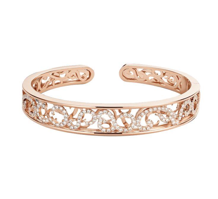 Золотой браслет с бриллиантами — шикарная ювелирная работа. Грациозные узоры, ослепительные бриллианты, изделие подчеркнет изысканный стиль владелицы. Красивая форма браслета из золота выглядит очень стильно и современно.