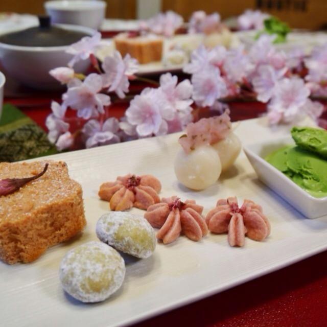 桜のお茶会へようこそ   ・桜カステラ ・桜の葉のスノーボール ・米粉の咲く咲く桜クッキー ・桜餡のお団子 ・抹茶アイス(ハーゲンダッツ) ・かぶせ茶  春を待ちながら、ゆっくりお茶しましょう✨ - 324件のもぐもぐ -  桜のお茶会へようこそ  by meisui829