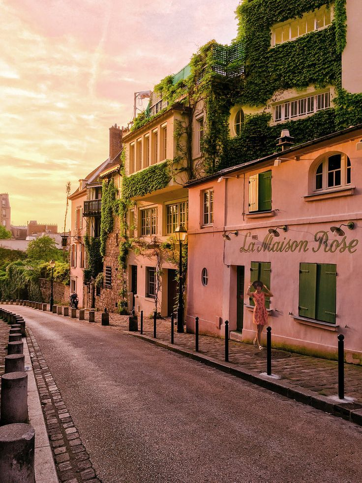 Montmartre_La Maison Rose_Spring in Paris France_Montmartre Pink Houses_Old Parisian Romantic Streets_Dreamy Travel_Pretty Cities_HELLO MISS MAY.jpg