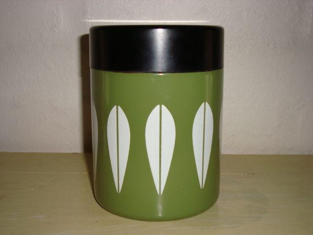 Cathrineholm Lotus retro enamel coffee tin. #Cathrineholm #Lotus #Prytz #Kittelsen #kitchenware #enamel #bowl #retro #emalje #kaffedase. From www.TRENDYenser.com. SOLGT.