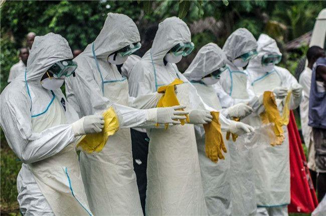 达拉斯护士可能是怎么感染埃博拉的?美国疾病控制和预防中心(CDC)近日表示,达拉斯一名护士成为美国第一例埃博拉病毒感染者的原因是防护流程中的漏洞。这名护士之前曾参与了照料埃博拉患者托马斯·埃里克·邓肯(Thomas Eric Duncan),研究者试图找出她在安全防护过程中存在的问题。 埃博拉病毒通过接触感染者的体液传播。医护人员工作指导中推荐使用