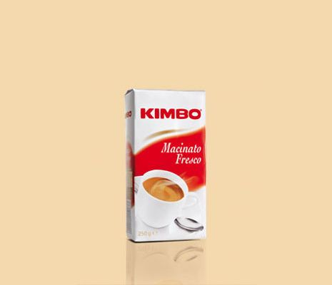 #Kimbo Macinato Fresco è un momento di intenso piacere, frutto di un viaggio lungo e affascinante che inizia nelle piantagioni del Brasile e del Centro America. La tostatura media, il corpo pieno e le spiccate note aromatiche ne esaltano il carattere vigoroso, con un connubio perfetto tra dolcezza del gusto e intensità dell'aroma. Disponibile anche su www.kimbo.it/shop.