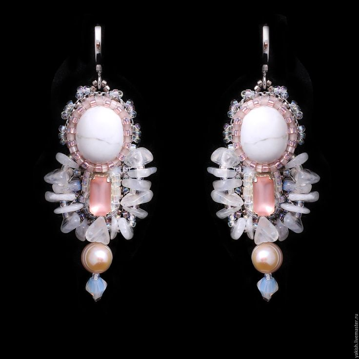 Купить или заказать Серьги 'Love Affair' в интернет-магазине на Ярмарке Мастеров. Маленькие, легкие (вес одной 4,5 грамма, длина 5 см ) и очень женственные сережки в романтическом сочетании белого и нежного персикового розового. Белый камень - турквенит, прекрасный матовый винтажный страз (США), крошка лунного камня и натуральная розовая жемчужина. Гипоаллергенный родированный замок.