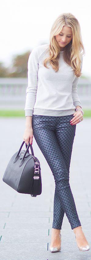 .Los pantalones con estampados, diseños y texturas siguen esta temporada.