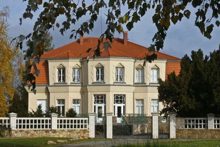 Kubistická vila v Libodřicích u Kolína Původně rodinný dům je nyní majetkem Nadace českého kubismu, které ji po opravě zpřístupnilo veřejnosti. http://life.ihned.cz/cestovani/c1-61315180