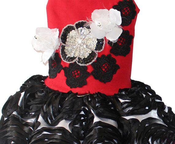 Mondrian jardín rojo seda perro vestido de hace con lujosa seda cruda rojo y adornado con rosetones de encaje negro apliques en con rosas blancas y un diseño de la central de la flor de lentejuelas. La falda está hecha de tafetán blanco con flores bordadas de circular negro. Arpillera