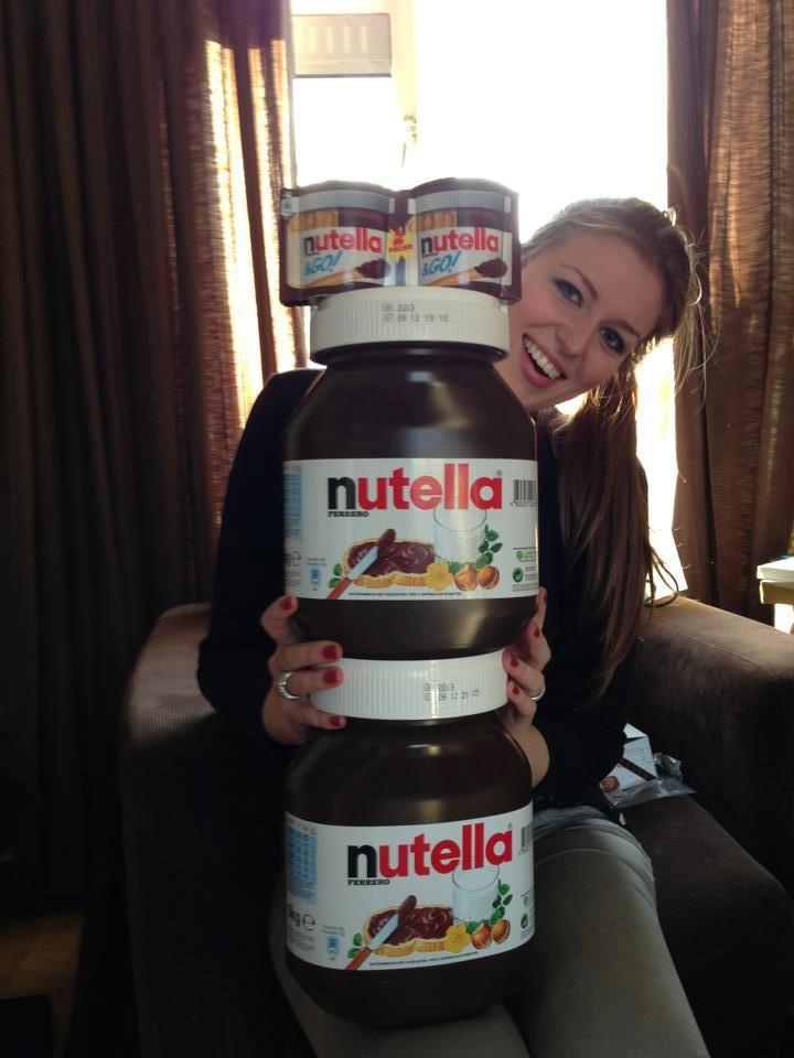 annemiek kreeg van meerdere mensen een enorme pot nutella van 5 kilo voor haar verjaardag. Black Bedroom Furniture Sets. Home Design Ideas