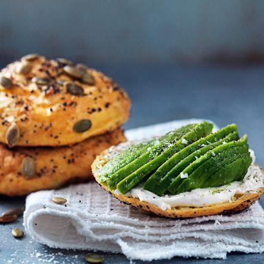 Det här brödet är extra rikt på protein från både cottage cheese och ägg. Perfekt som stadigt mellanmål, inte minst före eller efter träning. Proteinbrödet är glutenfritt och innehåller xantangummi, vilket gör det luftigt. Det är också lätt att baka!