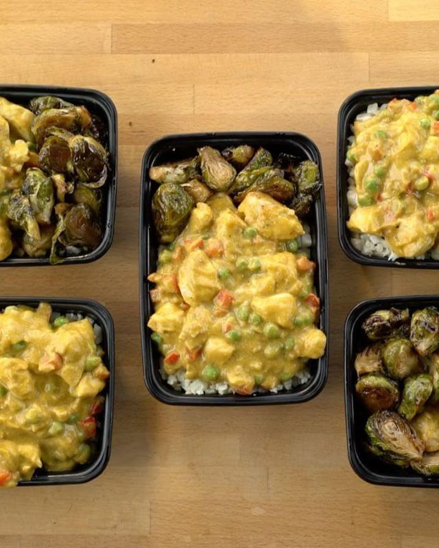 Instagram media by fitmencook - NEW 🔥 #MealPrep recipe (link in bio) - creamy butternut chicken & rice with roasted maple Brussels sprouts. Kicking off the fall with flavor! Get the full recipe with macros at link in bio or on FitMenCook.com! Tag a friend to try this meal with you! Boom. (traducción abajo) ----- NUEVA 🔥 receta para almuerzo (enlace en perfil) - arroz con pollo con calabaza y coles de Bruselas asadas. Iniciando el otoño con sabor delicioso! Consigue la receta completa con…
