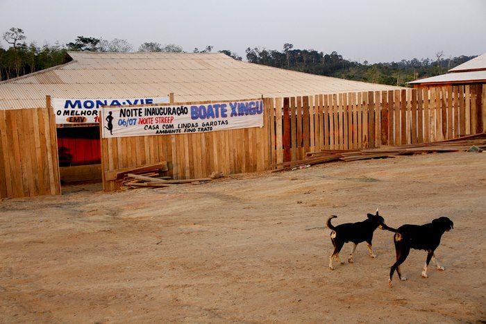 A Boate Xingu, onde 14 mulheres foram resgatadas na semana passada, está localizada em área declarada de interesse público para a construção da usina de Belo Monte, em Vitória do Xingu (PA). Segundo a polícia civil, as vítimas, entre as quais estão uma adolescente de 16 anos e uma travesti, estavam submetidas a condições análogas à escravidão e foram aliciadas em estados do Sul do país, o que pode configurar tráfico de pessoas.