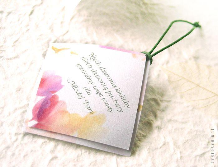 Dwuwarstwowa i profilowana. Delikatny motyw kwiatowy oraz sznureczek do przełożenia na szyjkę butelki. / Double layer and profiled. Delicate floral and string to translate into the neck of the bottle.