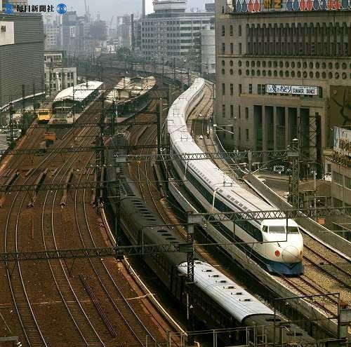 1964年(昭和39年)10月1日の東海道新幹線開業を前に、東京・有楽町の日劇横を走行する試運転列車。左は有楽町駅=東京都千代田区有楽町で1964年(昭和39年)8月、出版写真部員撮影 毎日グラフ1964年10月1日 別冊「日本の鉄道・世界の鉄道」号