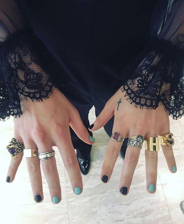 Detalle de las manos de Harry Styles para la #MetGala | Manos de harry styles, Harry styles, Uñas de moda
