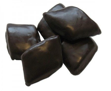 x una 50 di mostaccioli 1 kg di farina Succo di due arance 6 tazzine di caffè zuccherato (pari a 300 ml) 250 g di mandorle sgusciate, tostate e tritate 300 g di zucchero 300 g di miele fluido 120 g di cacao amaro 1 bustina di cannella 2 g di ammoniaca per dolci 1 kg di cioccolato fondente per la copertura Preparazione: Mescolate in una ciotola capiente farina e zucchero, poi unite le mandorle tritate finemente e ilcacao amaro. Iniziate ad aggiungere il succo delle arance, il caf