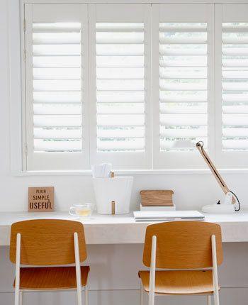 Kort gezegd zijn shutters binnenluiken met verstelbare lamellen, waarmee je zelf uitzicht, privacy en lichtinval bepaalt.