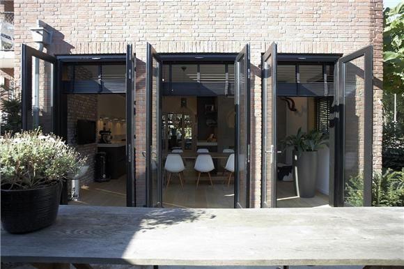 Mooie tuindeuren in antraciet in combinatie met shutters in dezelfde kleur