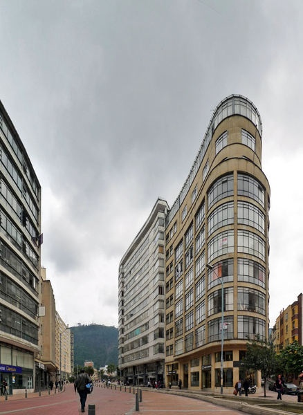 Es el centro de Bogotá. Los edificios son grandes en el centro.