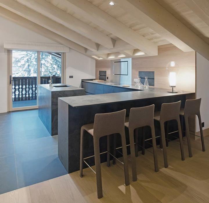Cucina con pavimento e top in Ardesia a casellario (foto di Cdd Genève Sàrl-Martine Tomé)