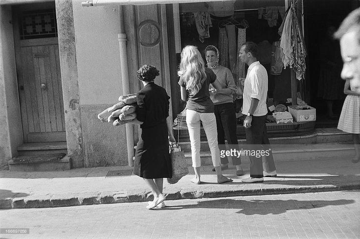 Brigitte Bardot Celebrates Her 24 Birthday In Saint Tropez. 1958 - Brigitte BARDOT fête l'anniversaire de ses 24 ans à Saint-Tropez. Ici, devant une boutique avec sa mère Anne-Marie et Claude BOLLING..
