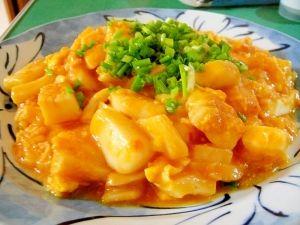 楽天が運営する楽天レシピ。ユーザーさんが投稿した「イカチリ」のレシピページです。卵が入るのでそんなに辛くなく、まろやかなイカチリに仕上がりました。ビールとともに…どーぞ!。イカチリ。冷凍イカ,長ネギ(大きめのみじん切り),卵(MSなら2個),☆豆板醤,☆生姜(すりおろし),☆ニンニク(すりおろし),油,水溶き片栗粉,万能ねぎ,★ケチャップ