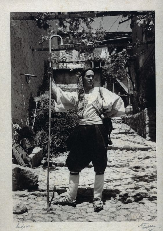 Ο Τσαρούχης μέ φορεσιά Σκύρου, π. 1930