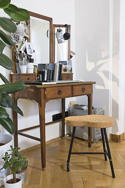 Původní kosmetický stolek po praprababičce se občas proměňuje v elegantní dámský pracovní koutek.