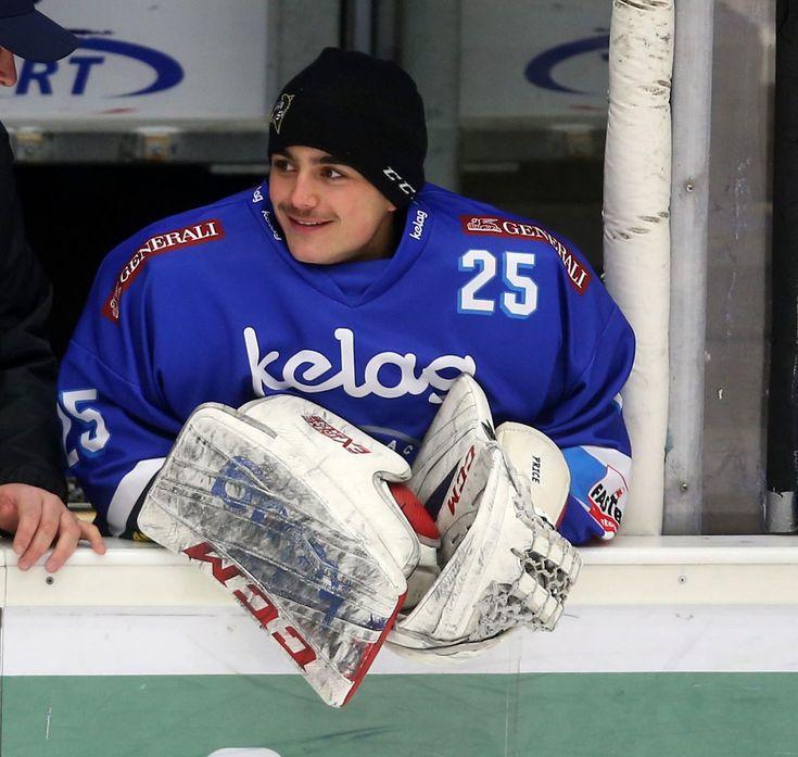 Alexander Schmidt ist ein in Villach geborener österreichischer Eishockeytormann der aus dem Villacher Nachwuchs kommt und seit der Saison 17/18 in der Kampfmannschaft eingesetzt wird.