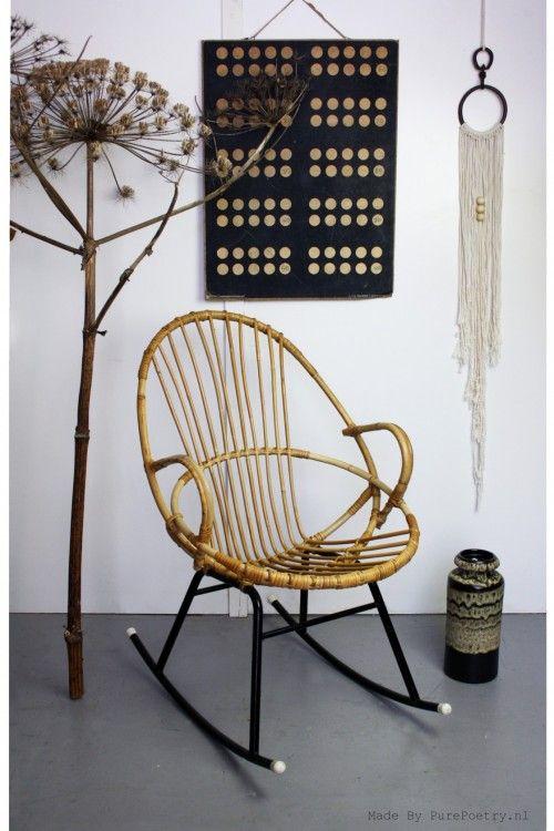 Deze zeldzame rotan schommelstoel is een echte design klassieker uit de jaren '60. Gemaakt door Rohe Noordwolde.