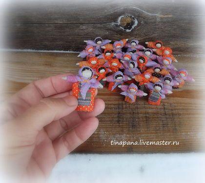 Купить или заказать Мини-кукла 'На добрую память' в интернет-магазине на Ярмарке Мастеров. Миниатюрная брошка выполнена по старинным традициям скручивания и связывания нитками. Создана для подарочка на добрую память))) Можно приколоть на кофточку или сумку.