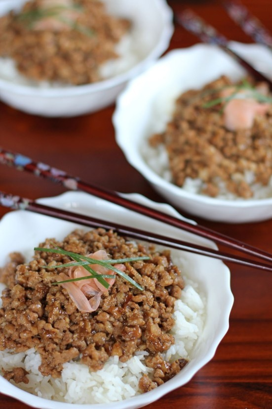 Lo Ba Bung, Lurou Fan or Rouzao Fan is a very popular Taiwanese street food made out of braised minced pork topped over a freshly cooked rice.