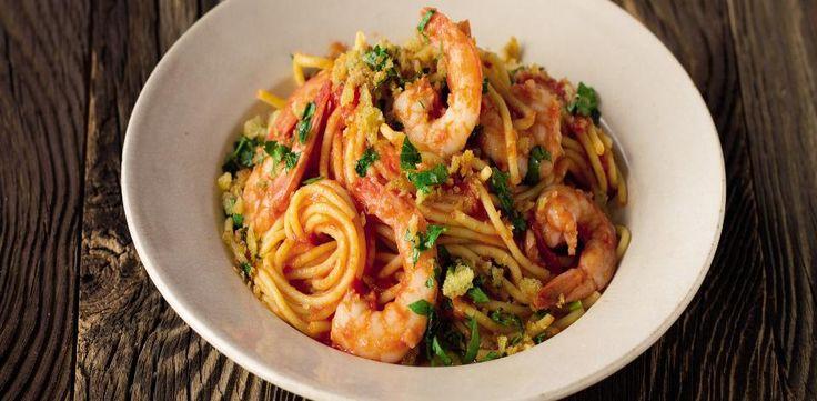 Špagety s krevetami,rajčaty a strouhankou