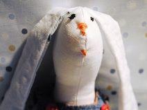 Rozkoszny króliczek w denimowej sukieneczce