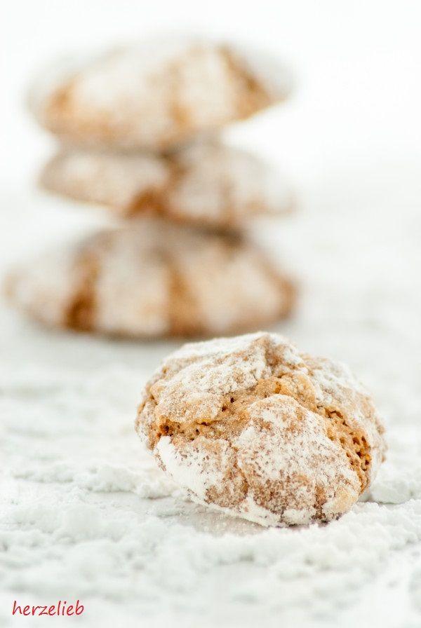Saftige Amaretti - außen knusprig und innen soft. Ein Rezept für Mandelkekse, dass sich kinderleicht nachbacken lässt. Einfaches Rezept!