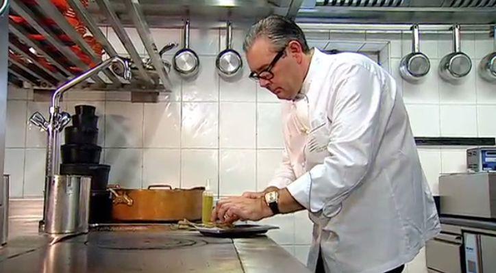 1 dag van tevoren:maak de witloof:Verwarm de oven voor op 150°C.  Verwijder het hart van het witloof, zorg dat de blaadjes niet  openvallen. Smelt de boter en kleur de stronkjes hierin lichtjes aan, kruid aan beide  kanten met peper en zout. Voeg eventueel nog wat boter toe. Giet er een  bodempje water bij en dek af met bakpapier. Laat ongeveer een uurtje in  de voorverwarmde oven braiseren.