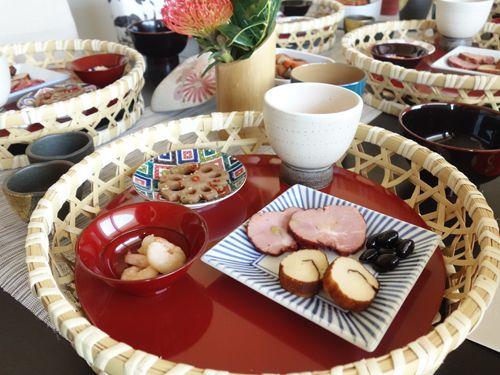 竹籠にセットした簡単お正月料理の一品。 Fudanシリーズ_はなはちSサイズ銀朱色   http://j-cocomo.jp