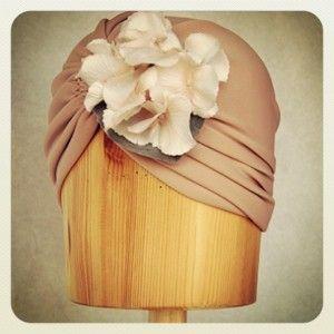 Turbante de licra rosa palo con flor de hortensia Luisa Gala