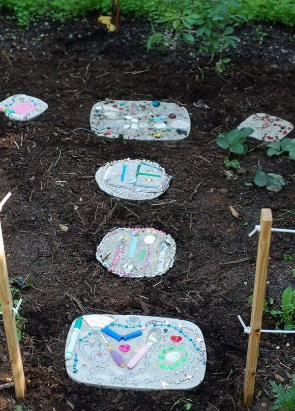 Upcycled Foot Stone. Not only functional but also can be used to decorate your garden. Make the walk in your garden more exciting and fun. http://hative.com/creative-stepping-stone-ideas/