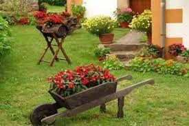 Carrinho de mão no jardim, de madeira
