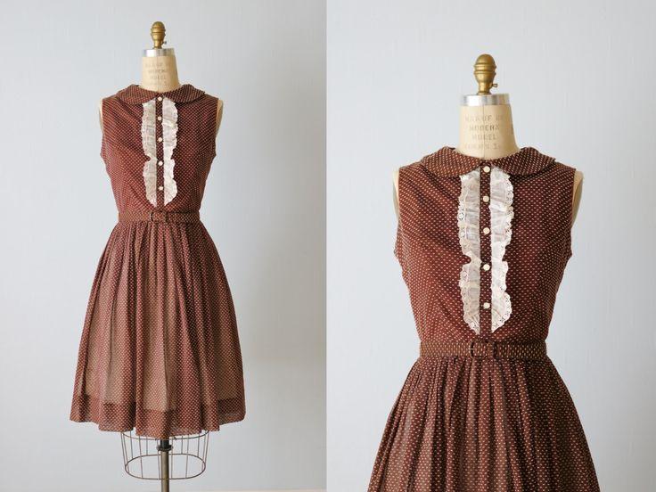 Vintage jaren 1950 Peter Pan kraag witte Zwitserse stip op bruin katoenen jurk…