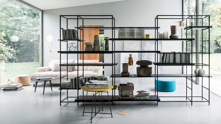 Una libreria componibile, leggera ed elegante che racchiude in sé i tratti distintivi del design made in Lema: modularità e